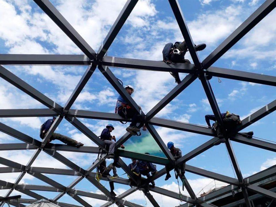 Instaladores de Grupo Aluman trabajando en un lucernario